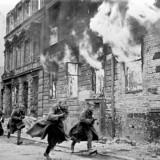 La Notte dei cristalli, tra il 9 e 10 novembre 1938: fu un pogrom condotto dai nazisti in Germania, Austria e Cecoslovacchia. 7.500 negozi ebraici furono distrutti, oltre 200 sinagoghe incendiate o distrutte, centinaia gli omicidi o suicidi. Circa 30 000 ebrei furono deportati nei campi di concentramento di Dachau, Buchenwald e Sachsenhausen. Edmund Husserl era morto pochi mesi prima, il 26 aprile 1938.