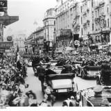 Parata filonazista a Vienna, in occasione dell'Anschluss (1938) con cui la Germania si annesse senza trovare  opposizione l'Austria.