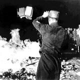 """I roghi di libri """"contrari allo spirito tedesco"""" organizzati nel 1933 in Germania dalle Associazioni degli studenti nazisti."""