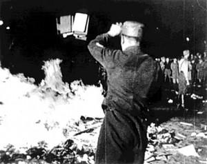 """I roghi di libri """"contrari allo spirito tedesco"""" organizzati nel 1933 in Germania dalle Associazione degli studenti nazisti."""