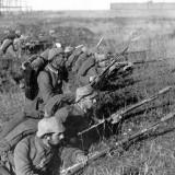 Soldati tedeschi in trincea sulla Marna durante la Prima Guerra Mondiale. Alla fine del conflitto si registrarono sedici milioni di morti e oltre venti milioni di feriti e invalidi.
